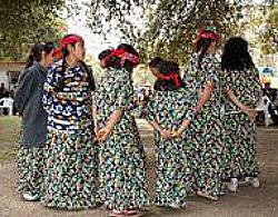 Mujeres Kumiai Bailando Durante la Fiesta del Pueblo